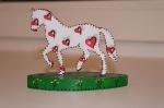 Деревянная лошадка в сердечках