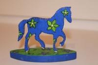 Синяя маленькая лошадка на подставке