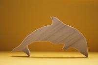 Деревянная фигурка дельфина